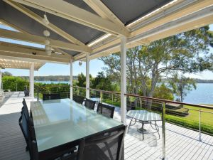 Morisset Bay Waterfront Views Lake House looking over Trinity Marina - Accommodation NSW