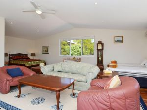 Morisset Waterfront 1bdr Studio looking over Trinity Marina - Accommodation NSW