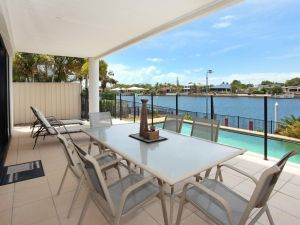 St Lucia 11 - 4 BDRM Canal Home with Pool - Accommodation NSW