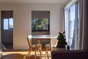 Sun-Drenched 1 Bed Studio Apt Newtown Parking - Accommodation NSW