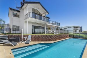 Above and Beyond - Beautiful Home with Pool - Accommodation NSW